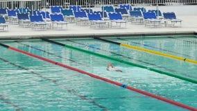 做在体育俱乐部游泳池的孤立人爬泳,健康生活方式 股票视频