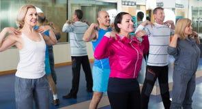 做在体育俱乐部的小组成人有氧运动锻炼 免版税库存图片