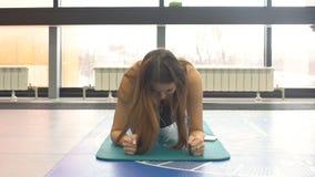 做在健身席子的少妇核心锻炼在健身房 影视素材