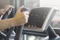 做在健身房俱乐部的成人人心脏训练 免版税库存图片