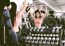 做在健身房的两人健身锻炼 库存照片