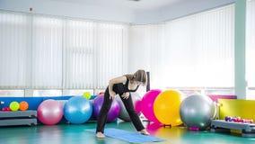 做在健身房的健身女孩弯 股票录像