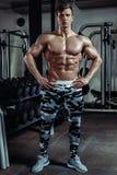 做在健身房的坚强的肌肉爱好健美者锻炼 一部分的健身身体 免版税图库摄影