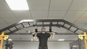 做在健身房的大力士引体向上 图库摄影