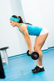 做在健身房的少妇体型 库存照片