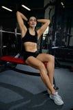 做在健身房的性感的妇女锻炼 免版税库存照片