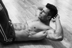 做在健身房的男性俯卧撑 免版税图库摄影