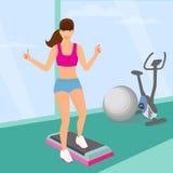 做在健身房的美丽的妇女有氧锻炼 库存图片