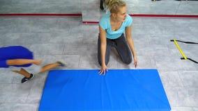 做在健身房的美丽的深色的少妇锻炼 影视素材