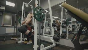 做在健身房的美丽的运动的妇女矮小锻炼 概念健康生活方式 股票视频
