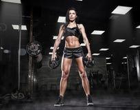 做在健身房的美丽的运动的性感的妇女矮小锻炼 免版税图库摄影