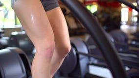 做在健身房的运动可爱的白种人少妇心脏锻炼 健身女孩,在桃红色上面的sportwoman在走 影视素材