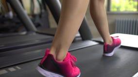 做在健身房的运动可爱的白种人少妇心脏锻炼 健身女孩,在跑桃红色的上面的sportwoman  股票视频