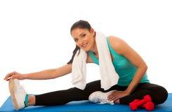 做在健身g的美丽的年轻西班牙妇女刺锻炼 免版税库存照片