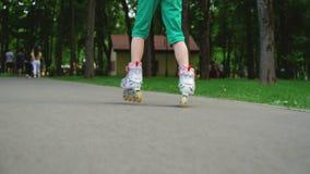 做在公园outdoo的无忧无虑的女孩selfies滑冰的路辗 股票视频