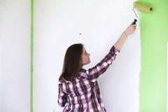 做在公寓的女孩修理 免版税库存照片