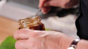 做在加调料的口利左香肠、苹果和圆白菜外面的一个盘 股票视频