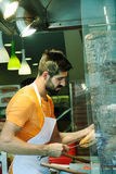 做在咖啡馆的土耳其人一Doner kebab在Istiklal街道 图库摄影