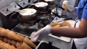 做在咖啡馆的奶蛋烘饼 股票视频