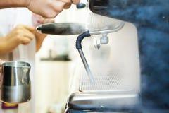 做在咖啡馆的Barista咖啡与咖啡机器 免版税图库摄影