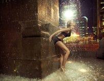 做在喷泉的适合的妇女一个图 免版税库存照片