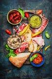 做在土气背景,顶视图的bruschetta或crostini的可口开胃小菜成份 库存图片
