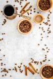 做在土耳其咖啡罐的咖啡 咖啡豆,在灰色背景顶视图copyspace的桂香 图库摄影