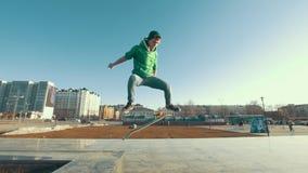 做在城市街道上的专业溜冰板者kickflip把戏 股票录像