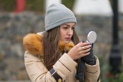 做在城市街道的年轻美丽的行家妇女构成 图库摄影