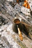 做在壁炉的咖啡在野营或远足在natu 免版税库存图片