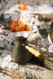 做在壁炉的咖啡在野营或远足在natu 免版税图库摄影