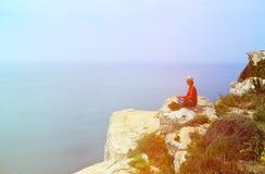 做在夏天山的人瑜伽 免版税库存照片