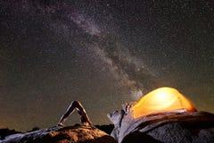 做在大冰砾的可爱的女孩体操锻炼在深蓝满天星斗的晚上天空 库存图片