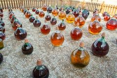做在大回合玻璃古色古香的篮装的细类颈大坛瓶的自然甜点心麝香葡萄利口酒白酒外部在弗龙蒂尼昂,南部 免版税库存图片