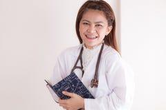 做在她的日志的年轻女性医生或护士笔记 免版税库存照片