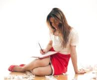 做在她的黏合剂的编辑笔记 库存照片