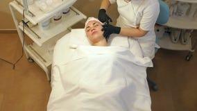 做在妇女的面孔,特写镜头的美容师射入 Biorevitalization 股票录像