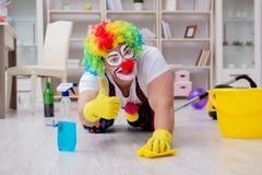做在家清洗的滑稽的小丑 免版税图库摄影
