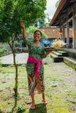 做在寺庙, Ubud,巴厘岛的巴厘语妇女奉献物 免版税库存图片