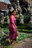 做在寺庙, Ubud,巴厘岛的巴厘语妇女奉献物 免版税图库摄影