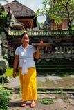 做在寺庙, Ubud,巴厘岛的巴厘语妇女奉献物 免版税库存照片