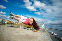 做在屋顶的女孩瑜伽 免版税库存图片