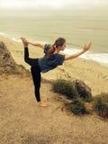 做在山的女孩瑜伽 免版税库存图片