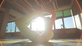 做在席子的一位可爱的20s个人教练员asanas在瑜伽集中 股票视频