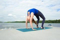 做在席子10的少妇瑜伽锻炼 免版税图库摄影