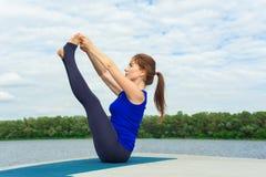 做在席子17的少妇瑜伽锻炼 库存图片