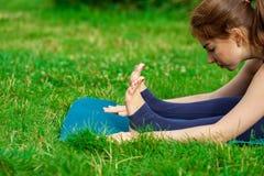 做在席子15的少妇瑜伽锻炼 免版税库存图片
