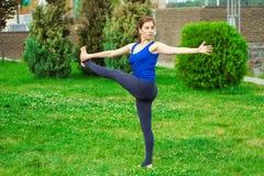 做在席子22的少妇瑜伽锻炼 免版税图库摄影