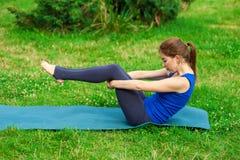 做在席子16的少妇瑜伽锻炼 库存照片