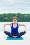 做在席子32的少妇瑜伽锻炼 免版税库存照片